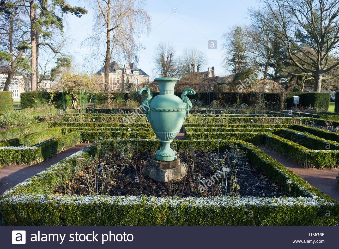 hedges and urn at jardin des plantes rouen france stock image - Jardin Des Plantes Rouen