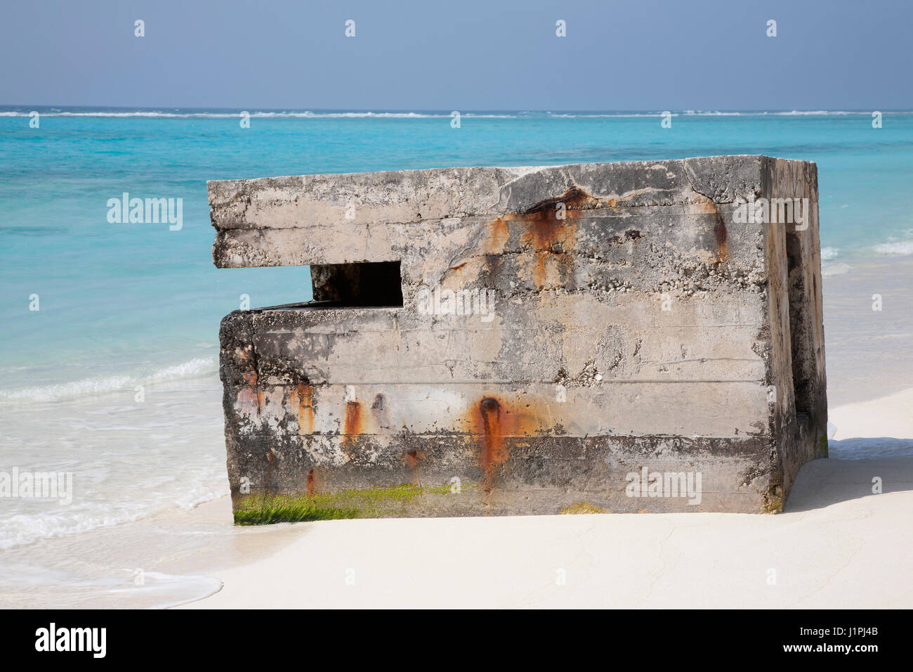 Pillbox used as a military lookout during World War II on the beach of Midway Atoll, part of the Battle of Midway - Stock Image