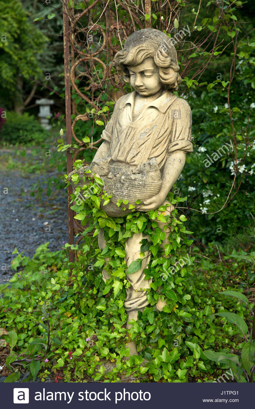 CLASSIC CARVED STONE GARDEN STATUARY GARDEN ART WITHIN CONWY VALLEY MAZE