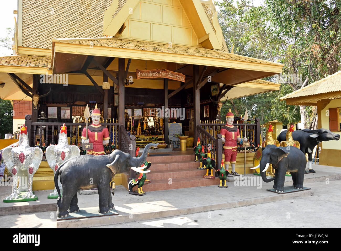 The temple shop in the grounds of Wat Paknam Jolo (Golden Temple) in Bang Khla in Chachoengsao in Central Thailand - Stock Image