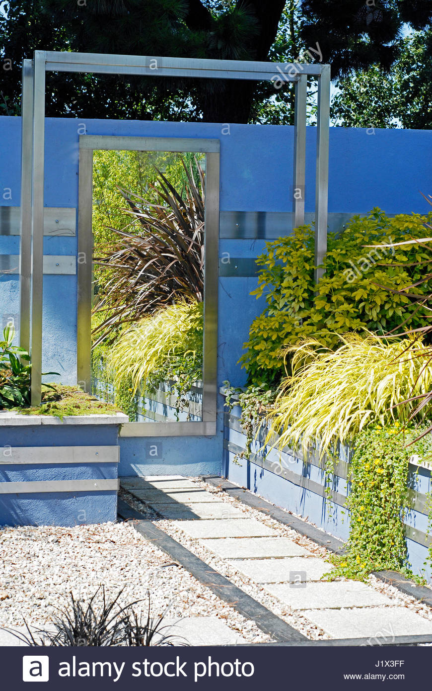 A VIEW IN ''A GARDEN OF CONTRASTS'' DESIGNED BY DIZZY SHOEMARK   RHS WISLEY: AUGUST. PHORMIUM ''BRONZE - Stock Image