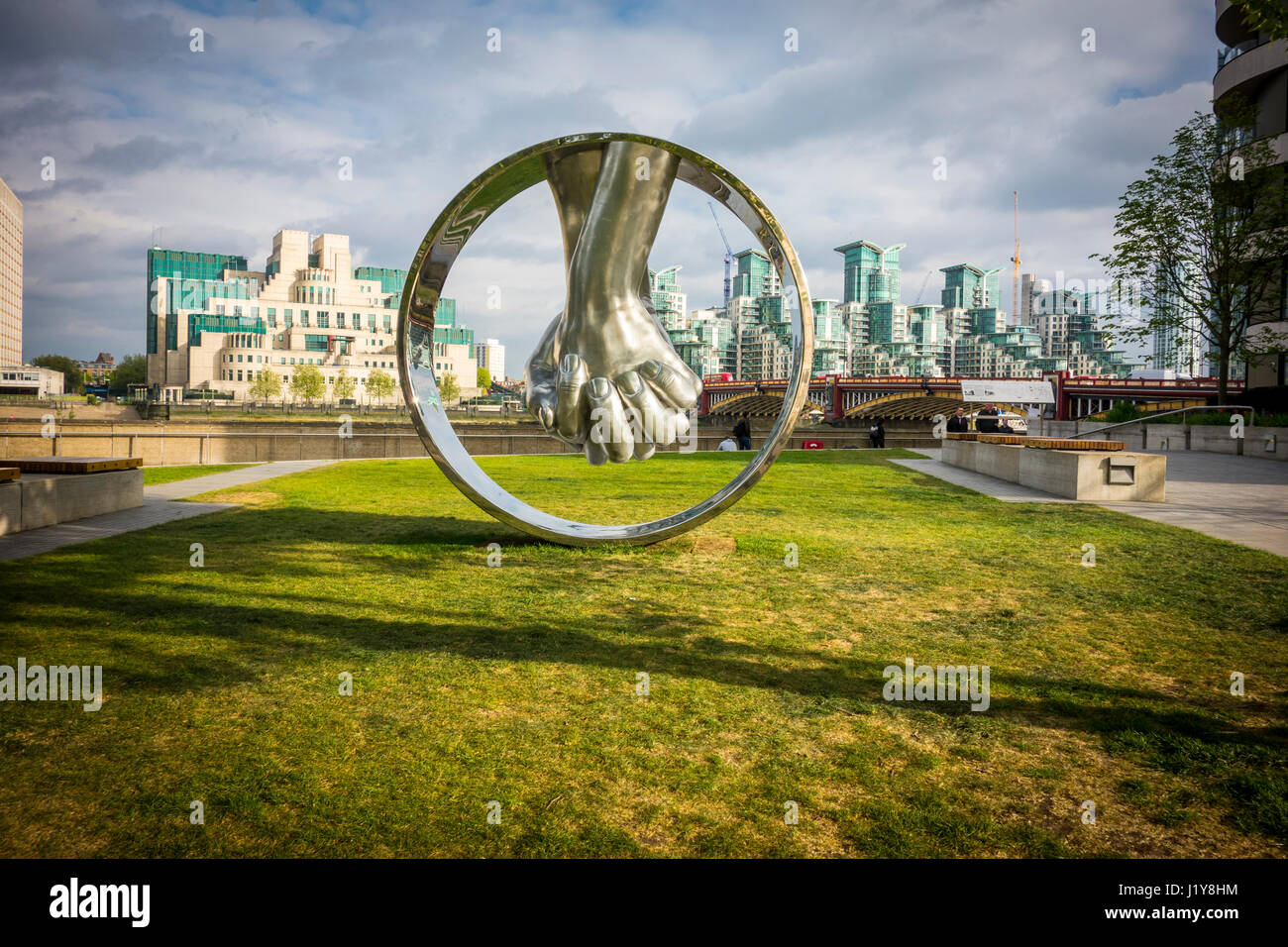 Lorenzo Quinn sculpture 'Love, Aluminium' Riverside Walk Gardens, Milbank, London, UK - Stock Image