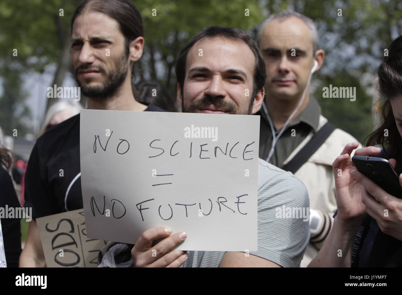 Paris, France. 22nd Apr, 2017. An activist caries a sign that reads 'No science = no future'. A few hundred people Stock Photo