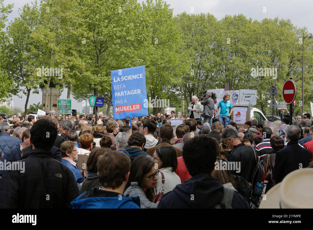 Paris, France. 22nd Apr, 2017. Several hundred activists have assembled for the March for Science. A few hundred Stock Photo