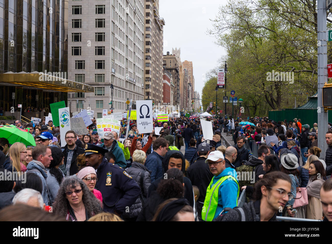 New York, USA. 22nd April, 2017. With many holding signs, the procession of the March For Science passes in front Stock Photo