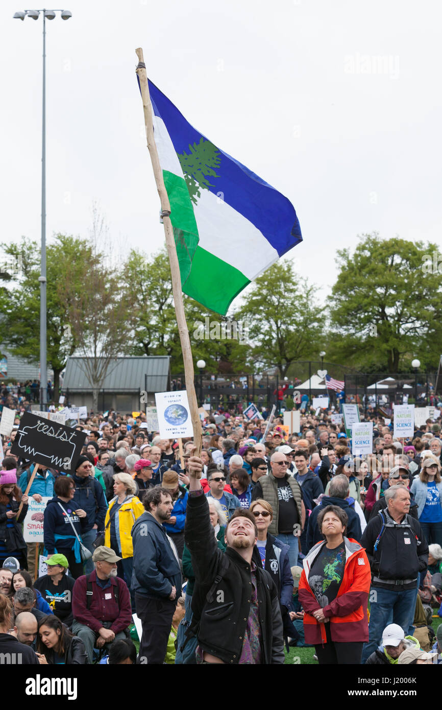 Seattle, Washington,USA. 22nd April, 2017. Danny Lange with CascadiaNow! flies the Cascadia flag at the rally in Stock Photo