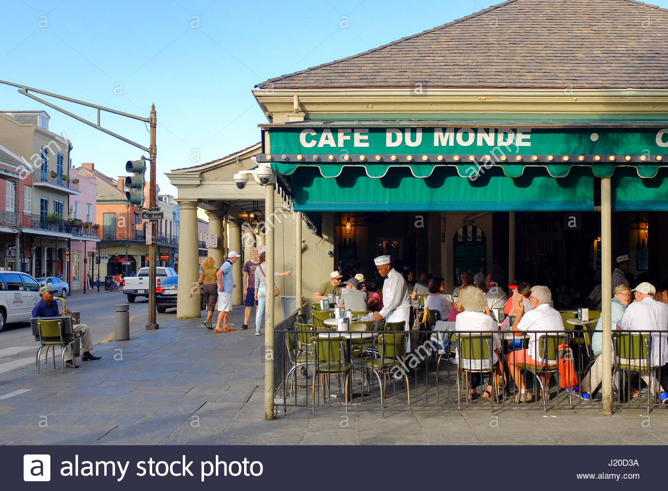 United States, Louisiana, New Orleans. Cafe du Monde in the French Quarter, known for chicory coffee and beignets. - Stock Image