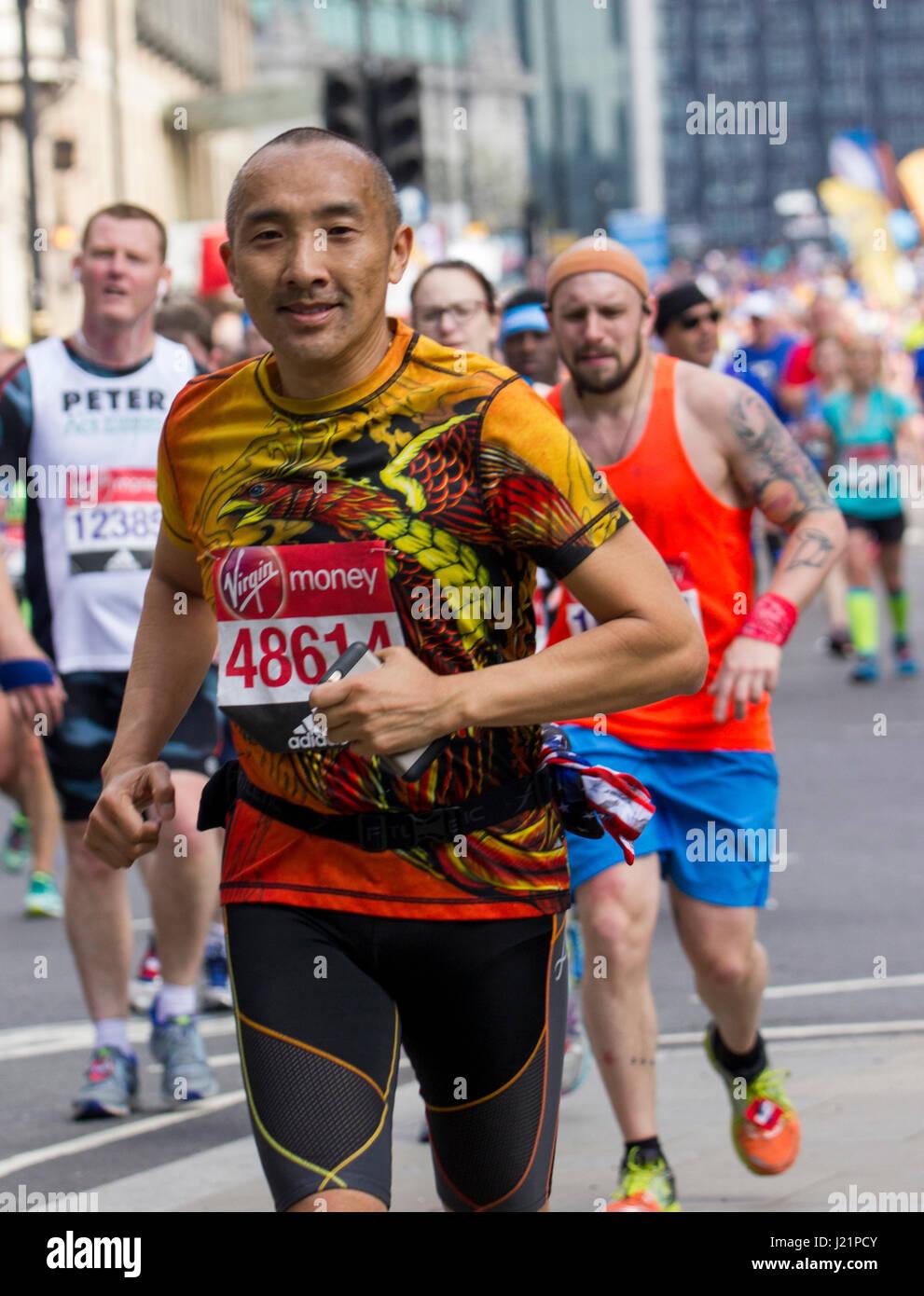 St Jame's Park, London, UK. 23rd Apr, 2017. Thousands take part in the 37th London Marathon Credit: Alan Fraser/Alamy - Stock Image