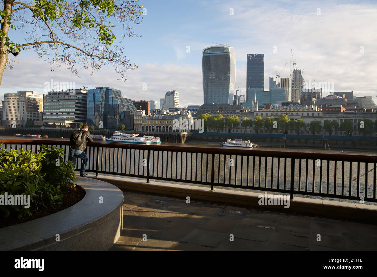 London, UK. 24th Apr, 2017. Blue Skies over London as cold weather is forecast this week Credit: Keith Larby/Alamy - Stock Image