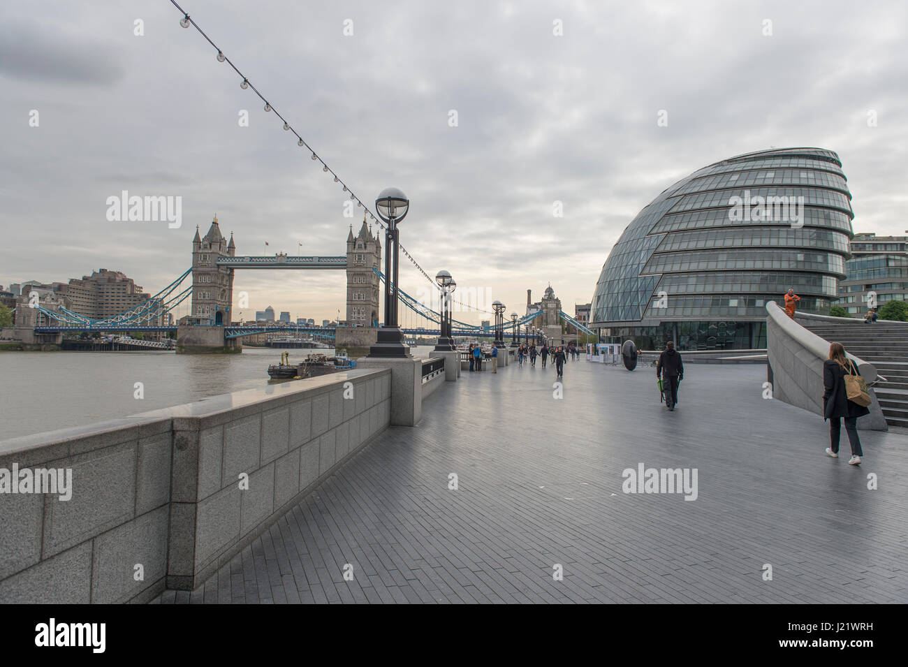 London Uk 24th April 2017 Cold And Grey Weather Over London Following A Day Of Sun For The London Marathon Credit Malcolm Park Alamy Live News