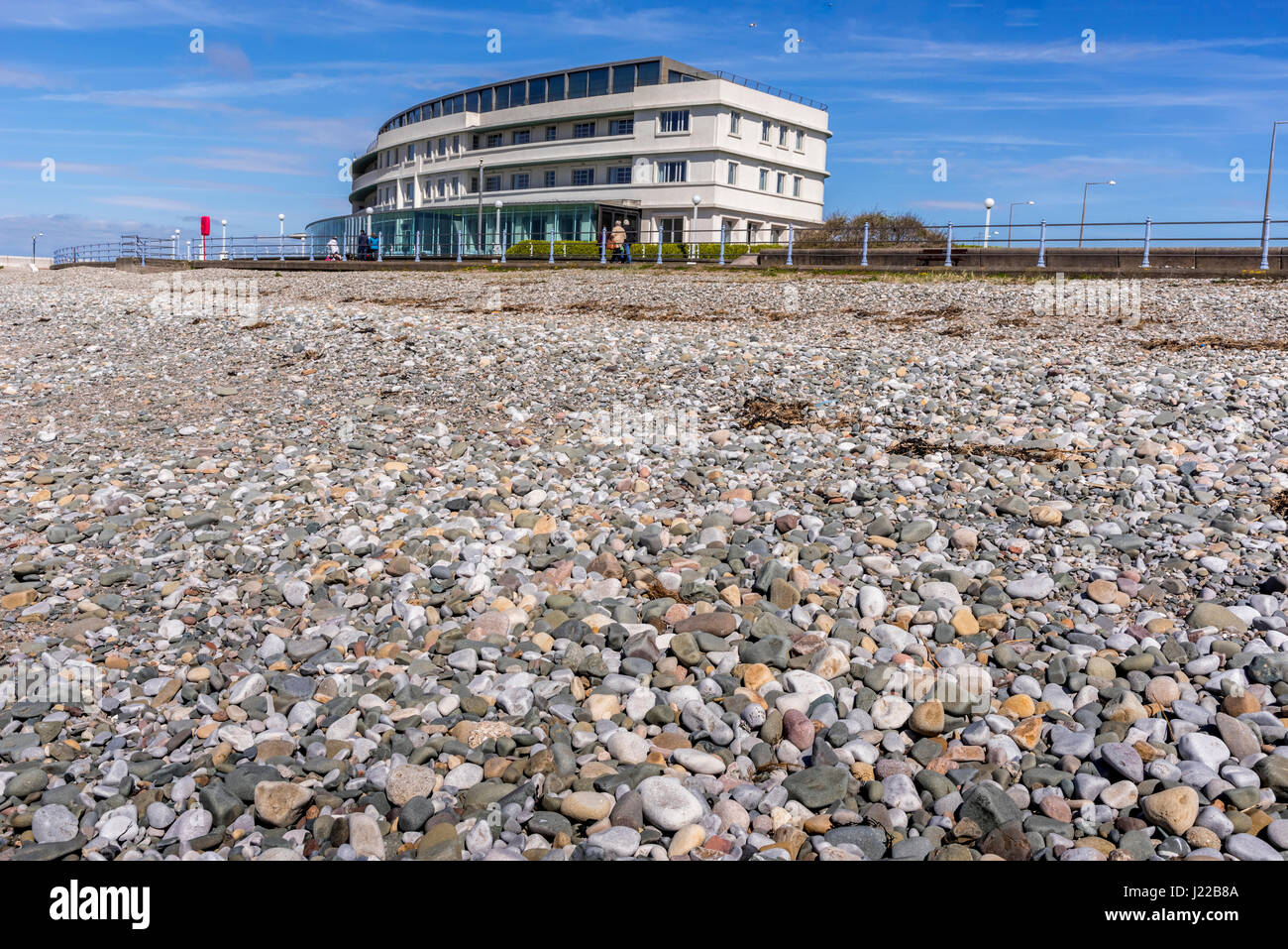 Art Deco Midland Hotel by the stony beach in Morecambe - Stock Image