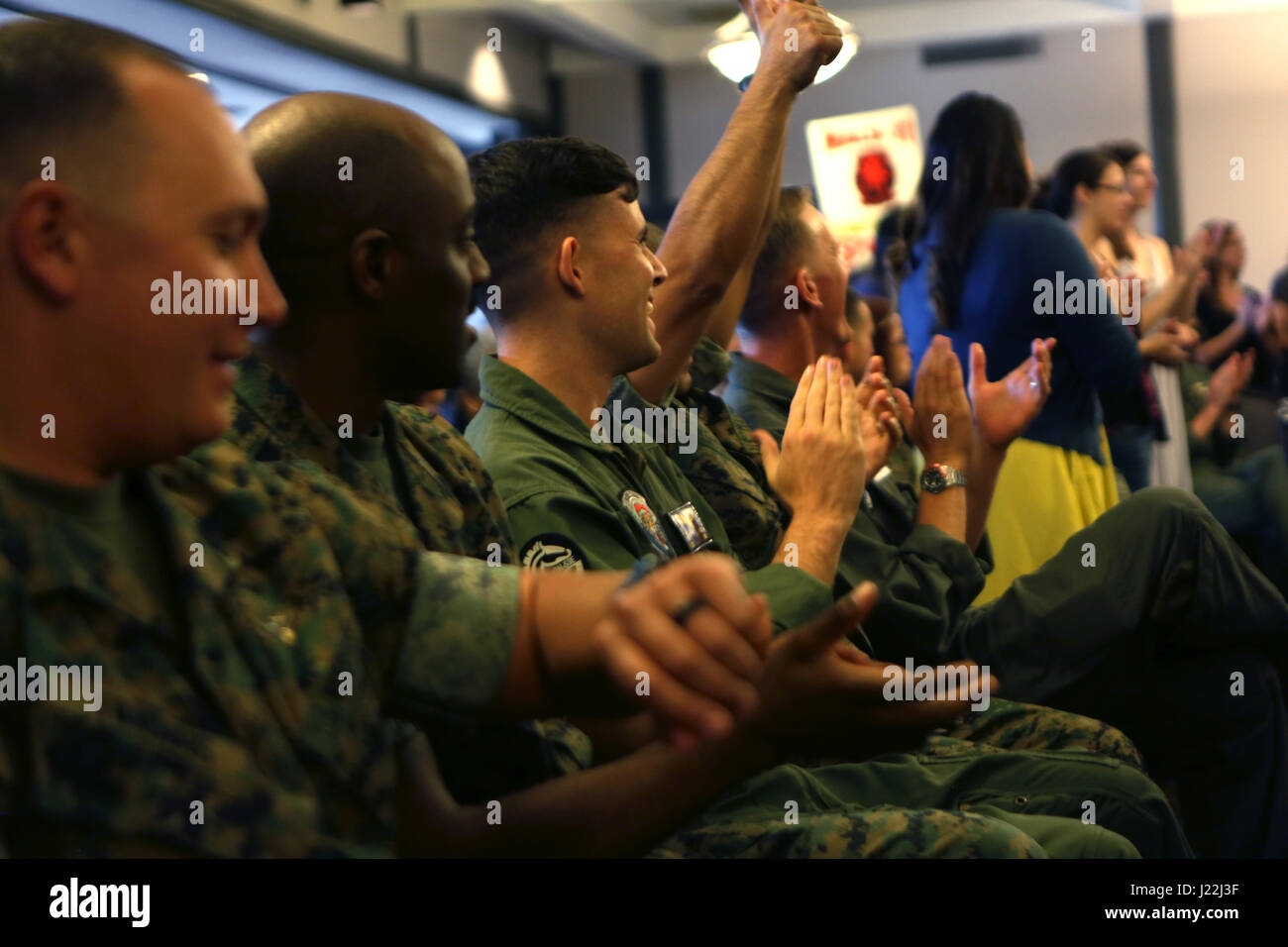 """Service members from Marine Heavy Helicopter Squadron (HMH) 361, """"Flying Tigers,"""" cheer for their unit volunteers Stock Photo"""