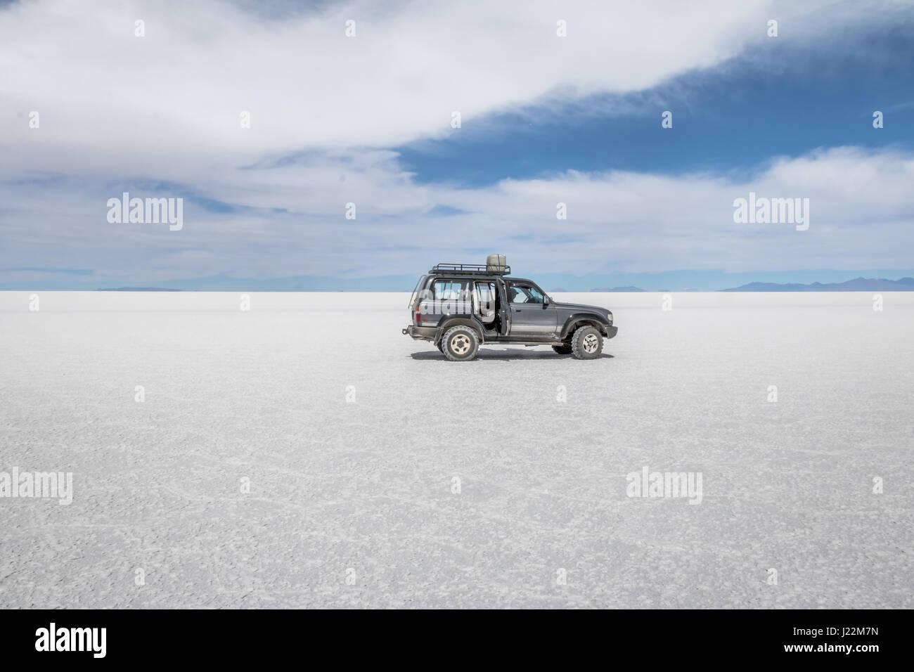 Off-road vehicle in Salar de Uyuni salt flat - Potosi Department, Bolivia - Stock Image