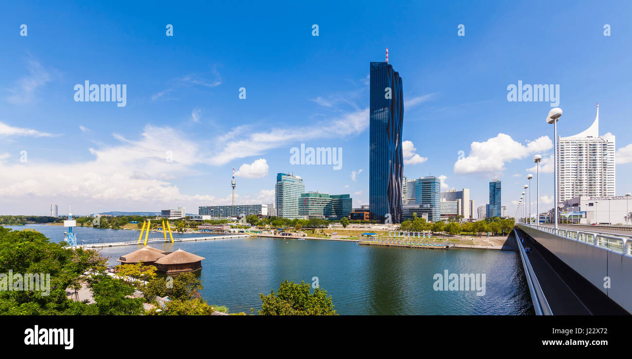 Österreich, Wien, Neue Donau, Donauinsel, Blick zum Stadtteil Donau City mit dem Donauturm und dem Hochhaus - Stock Image