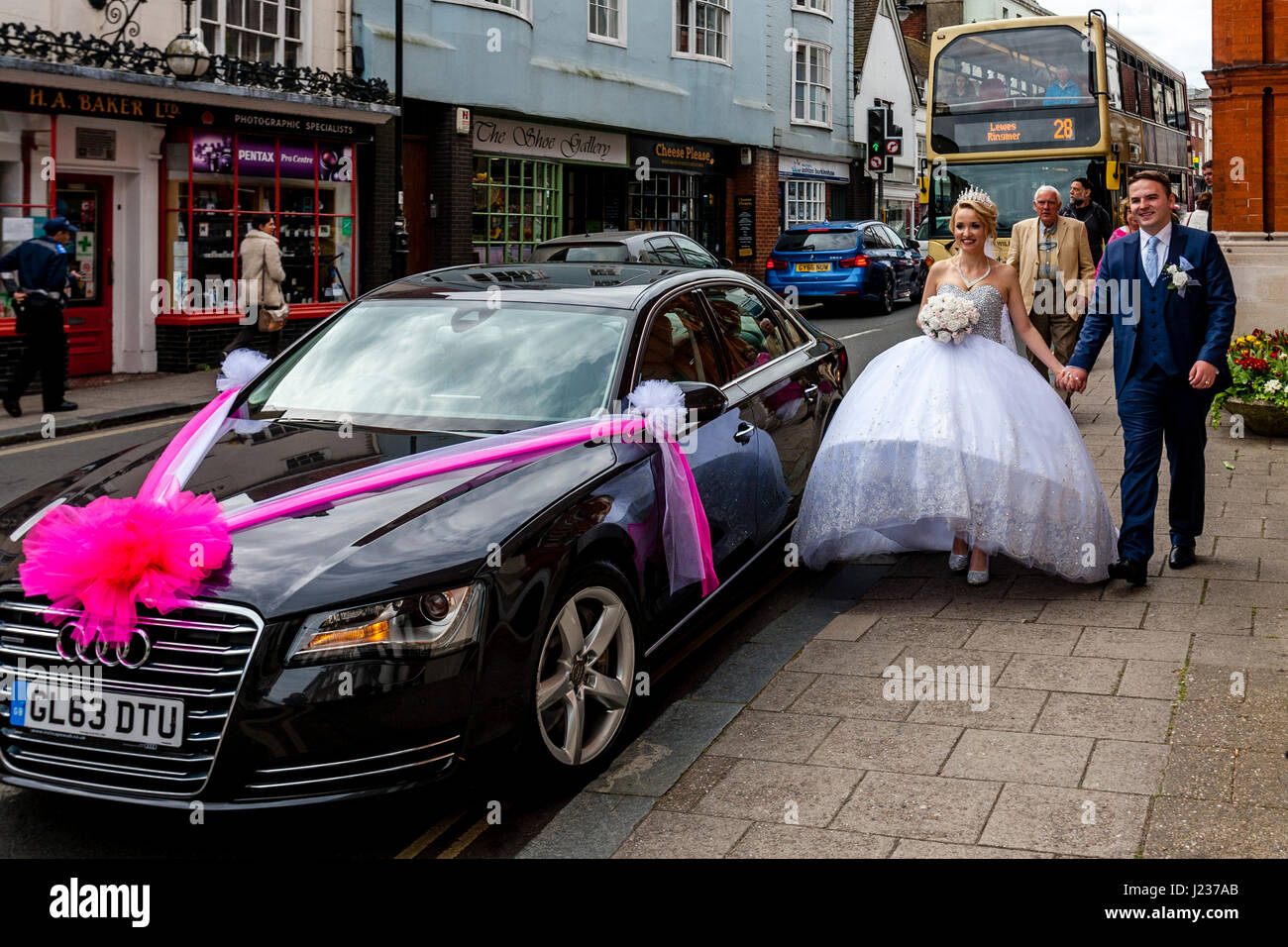 A Newly Married Young Couple Get Into Their Car, Lewes, Sussex, UK - Stock Image