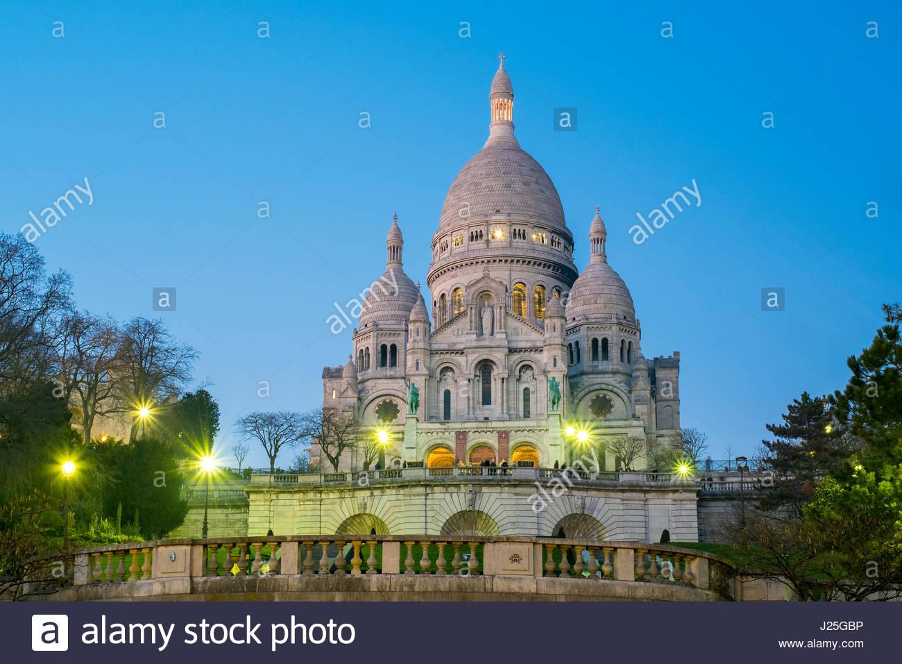 France, Île-de-France, Paris. Basilica of Sacre Coeur at dusk, Montmartre. - Stock Image