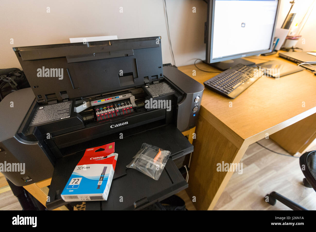Replacing printer ink cartridge on Canon Pixma Pro-10 Model