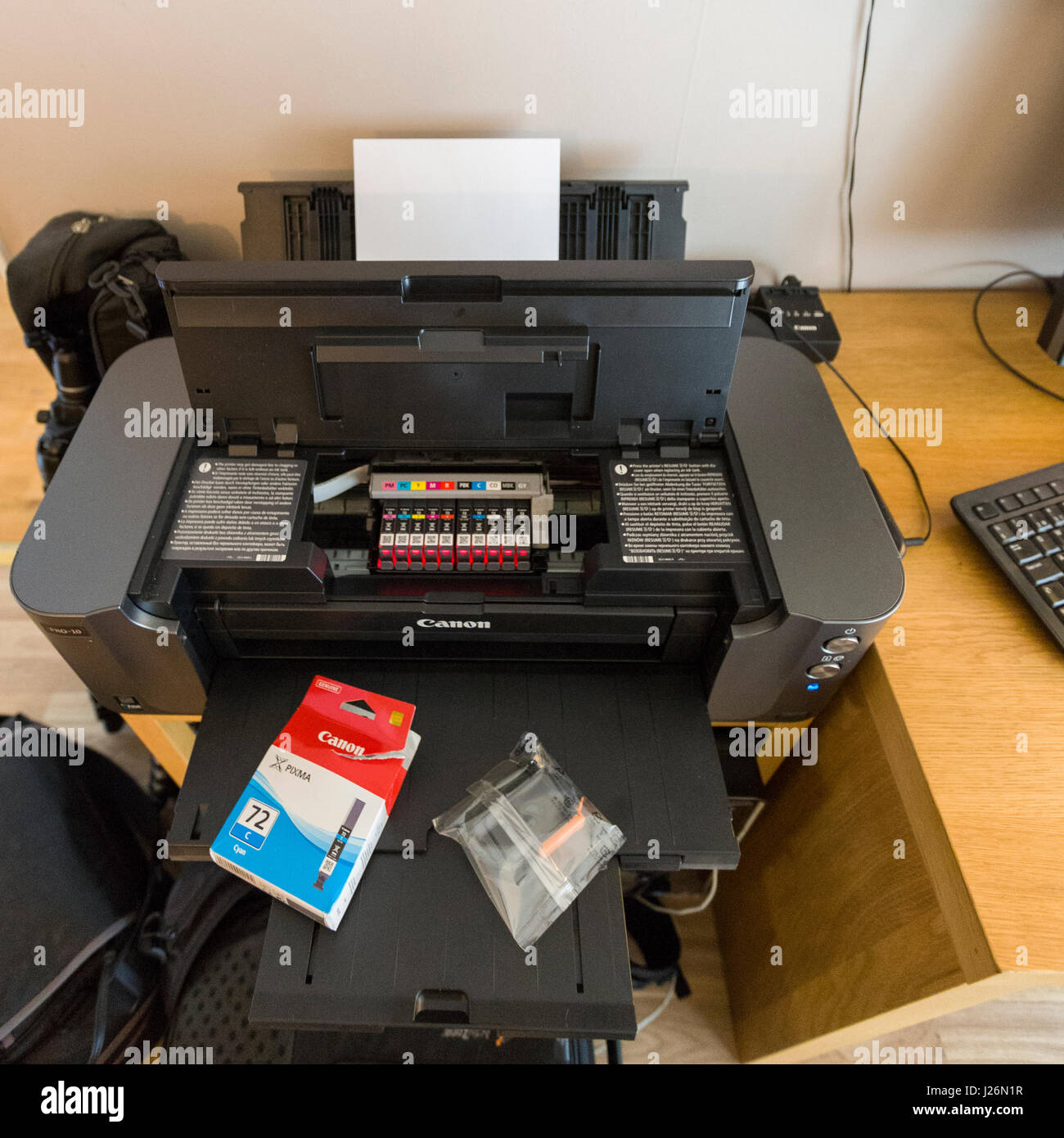 Replacing printer ink cartridge on Canon Pixma Pro-10 Model