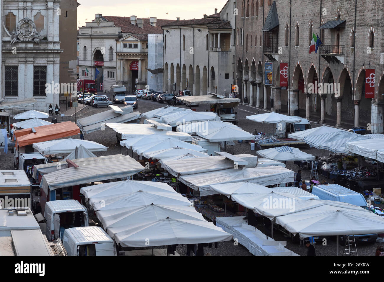 Mantua, Piazza Sordello on a market day in the early morning light - Stock Image