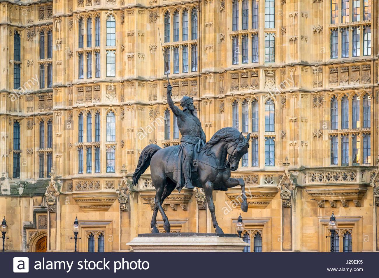 United Kingdom, England, London. Richard Coeur de Lion, statue of Richard I (Richard the Lionheart) in Old Palace - Stock Image
