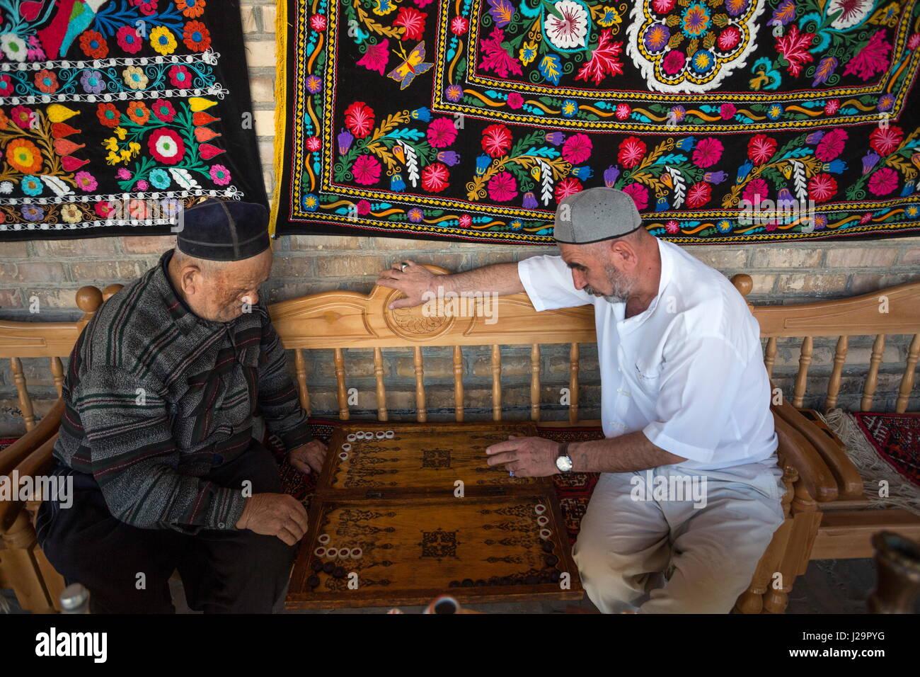 Usbekistan, Bukhara, men Playing Backgamon - Stock Image