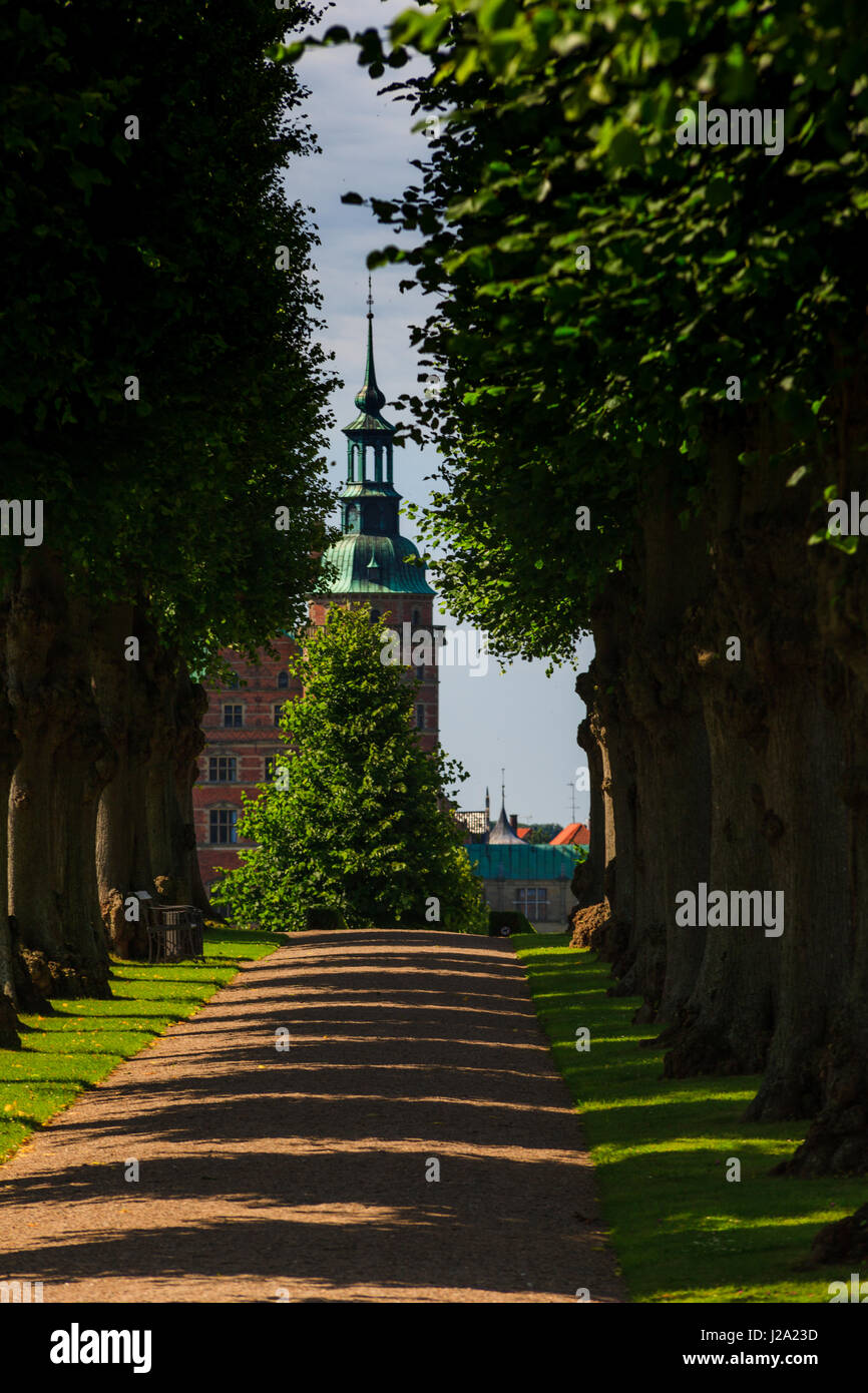 A beautiful summer green ale leading to Frederiksborg Palace in Denmark - Stock Image