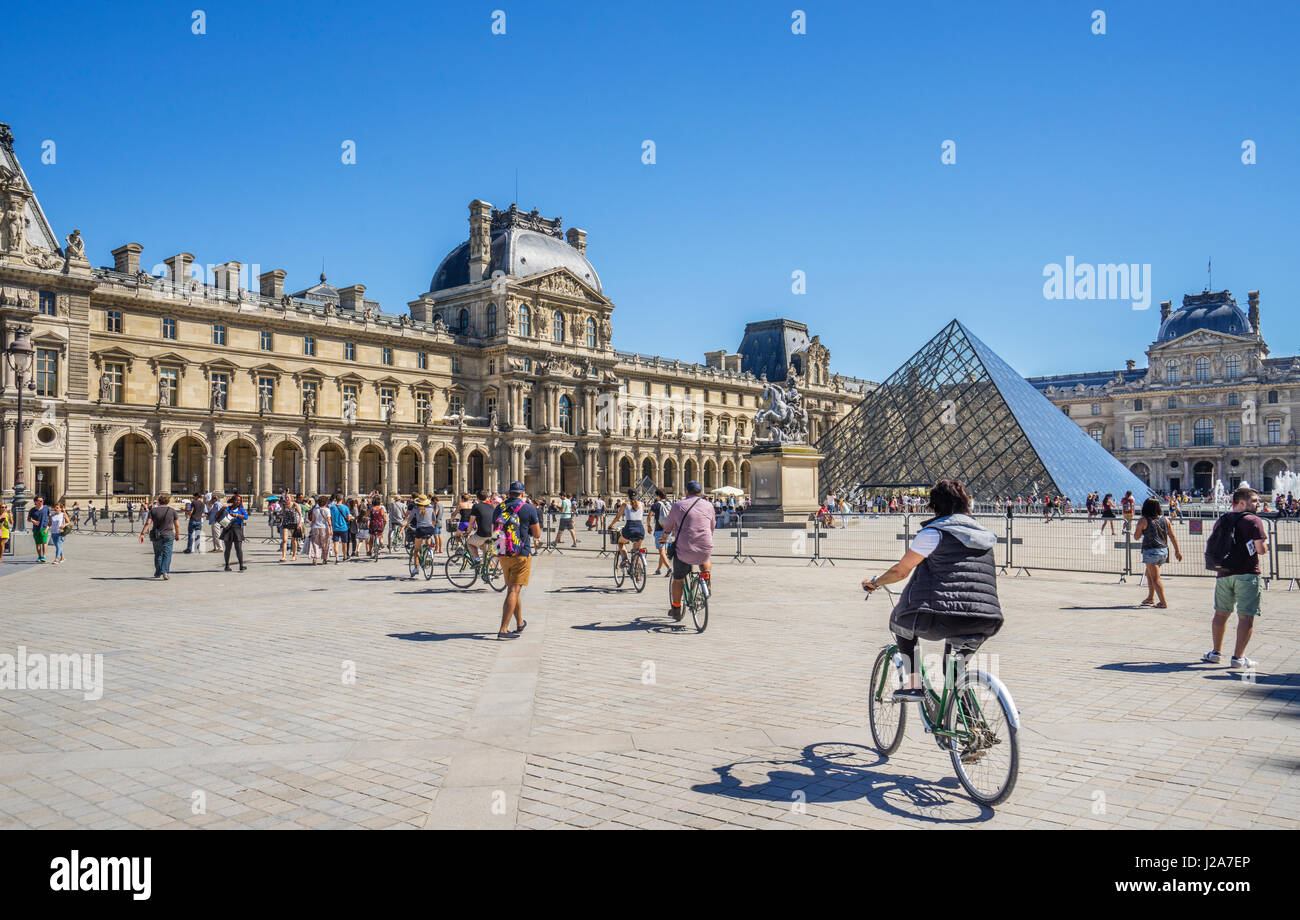 France, Paris, Louvre Palace, view of Napoleon Courtyard with the Louvre Pyramid - Stock Image