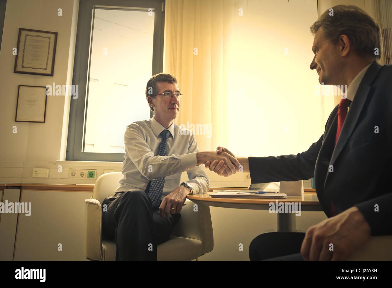 2 businessman shaking hands - Stock Image