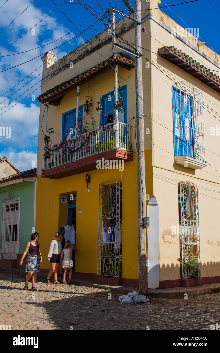 Cuba, Sancti Spiritus Province, Trinidad. People shopping. - Stock Image