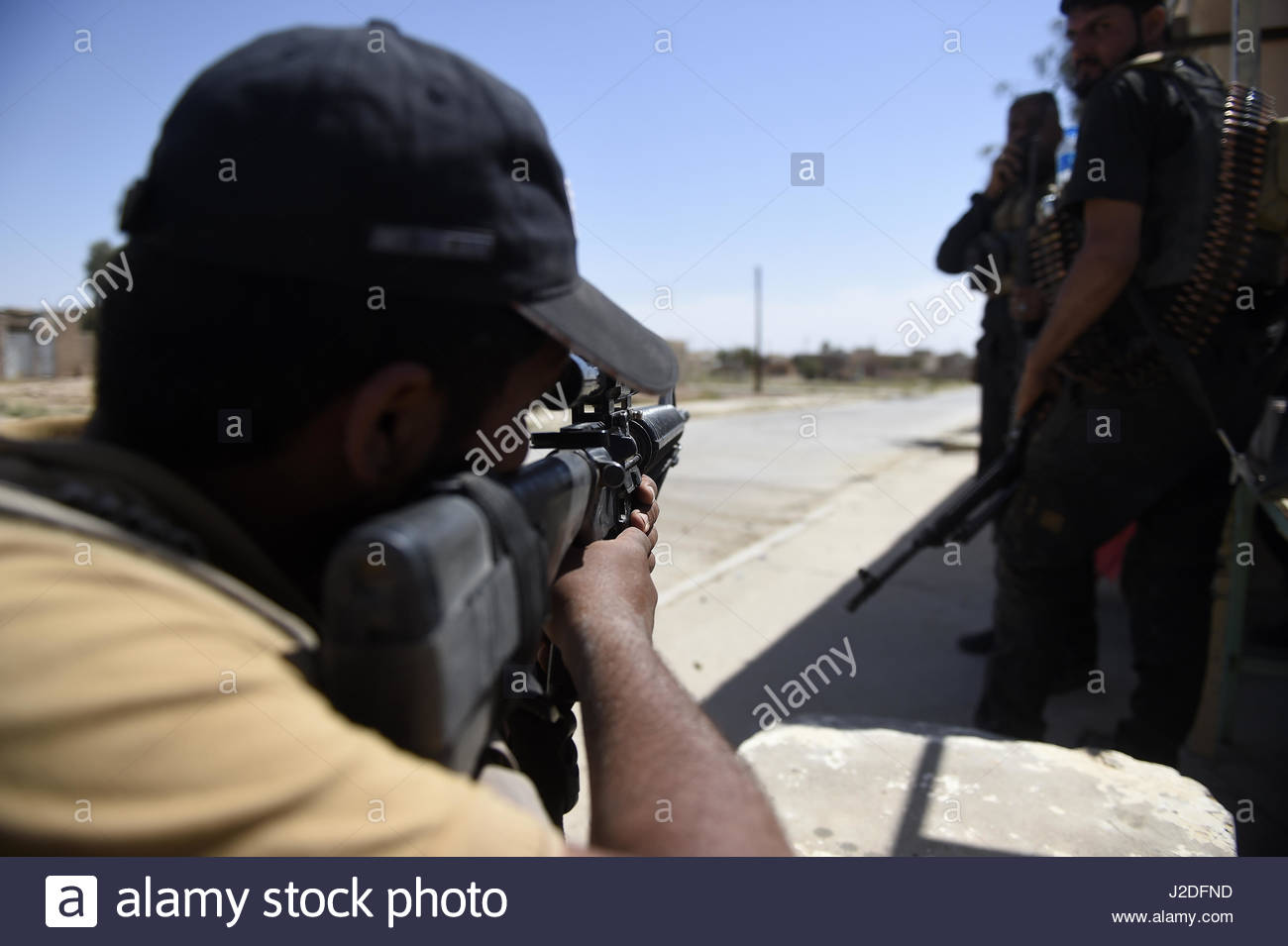 Hatra, Iraq. 27th Apr, 2017. A fighter aims with his gun as the Popular Mobilisation paramilitary forces managed - Stock Image