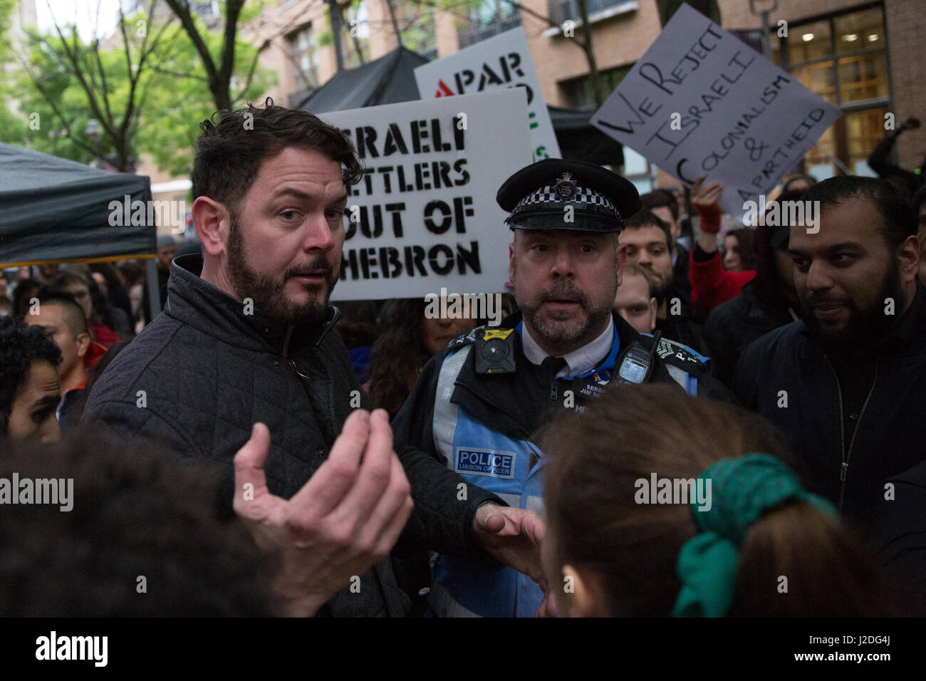 London, UK. 27th April, 2017. A counter-demonstrator remonstrates with police and student representatives after - Stock Image