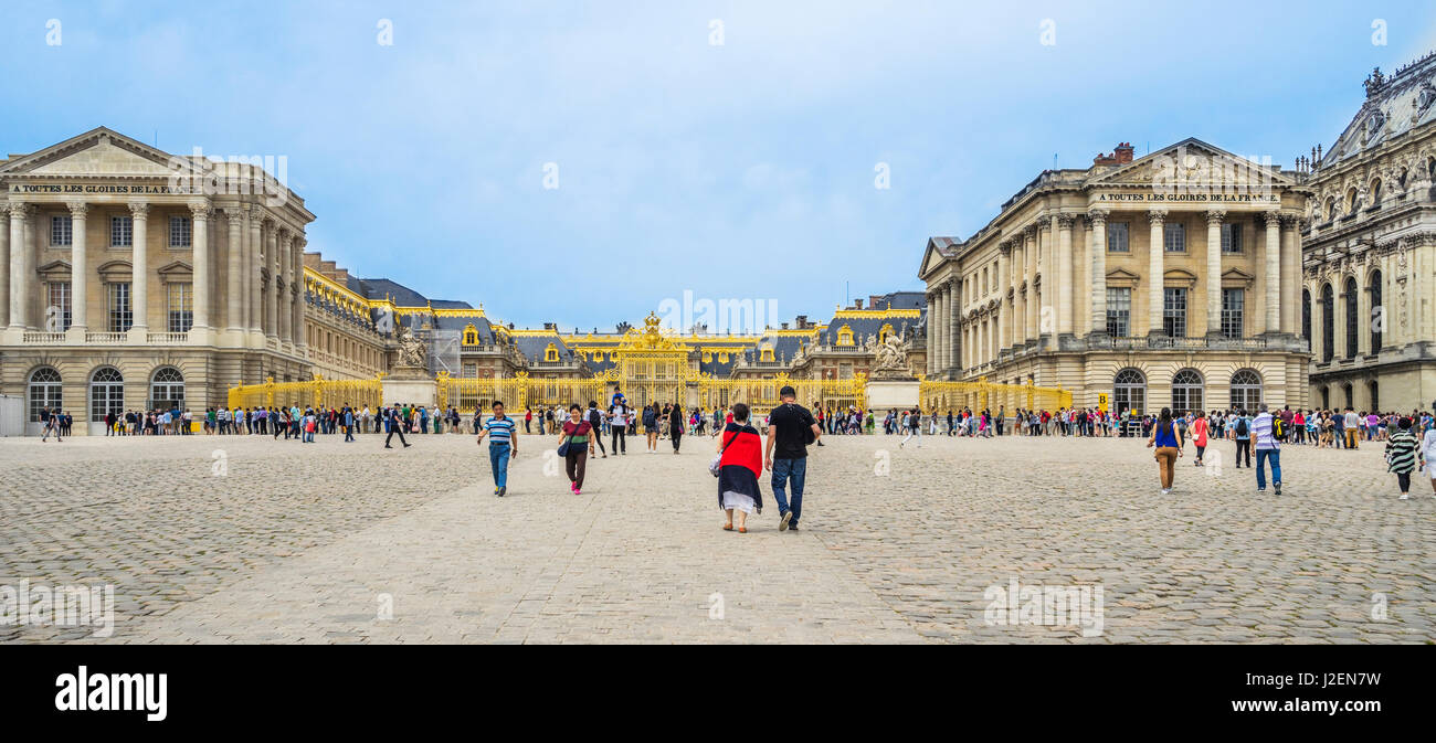 France, Ile-de-France, Palace of Versailles, view of the golden Gate of Honour from Place dAarmes - Stock Image