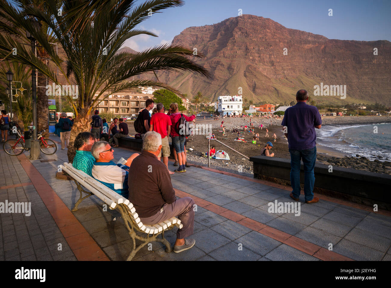 Spain, Canary Islands, La Gomera, Valle Gran Rey, visitors on the beachfront - Stock Image