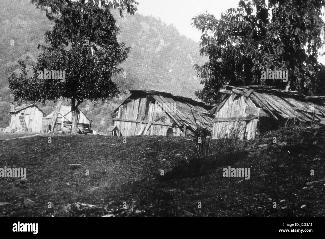 1898 Historic black and white photograph of a Hupa Indian village on the trinity River. The buildings are built - Stock Image