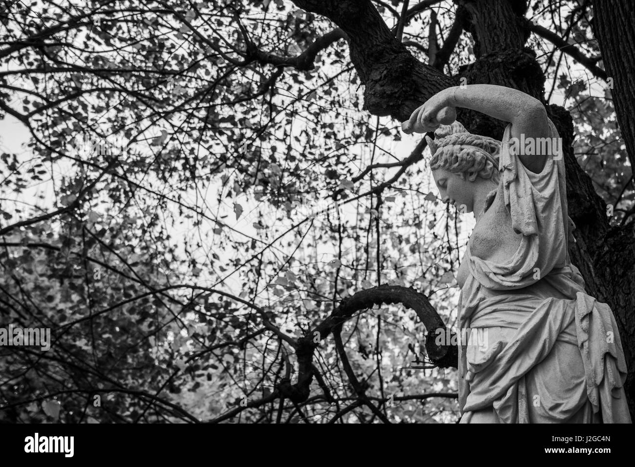 One of the many sculptures in the gardens of Schloss Schönbrunn in Vienna, Austria. - Stock Image