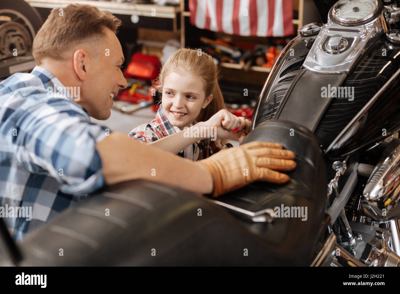 Cool dad teaching his kid some things about bikes - Stock Image