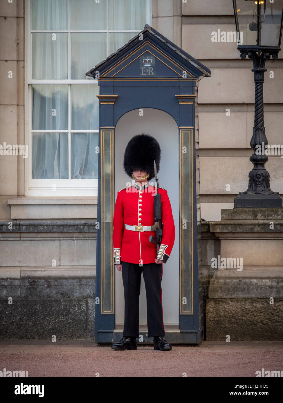 Sentry of the Grenadier Guards posted outside Buckingham Palace, London, UK. - Stock Image