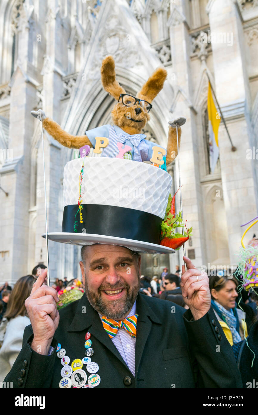 New York City, NY, USA. Man in is comical hat at the Easter Parade down 5th Avenue. - Stock Image