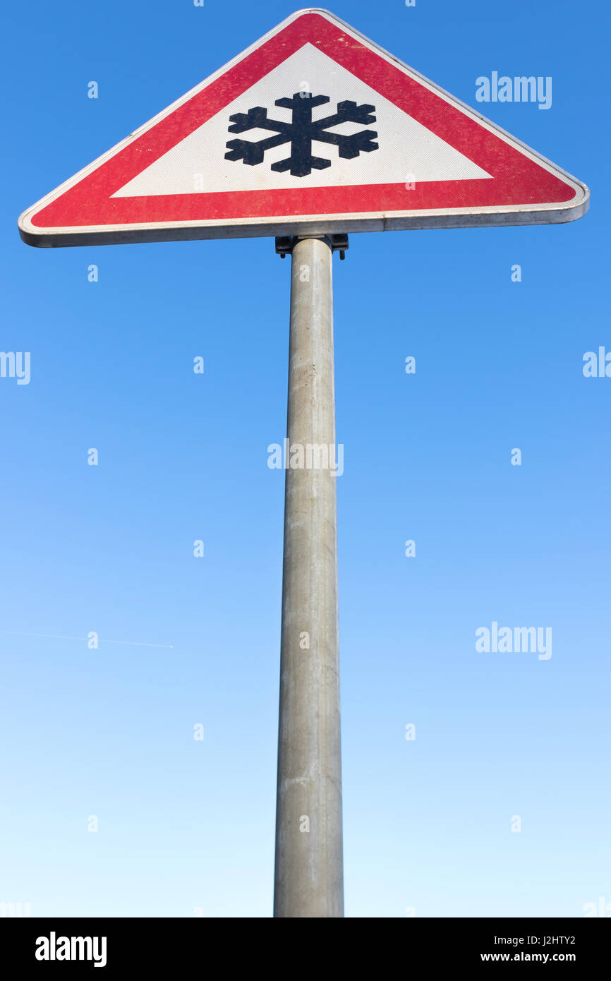 German road sign: road ahead freezes easily and is then slippery - Stock Image