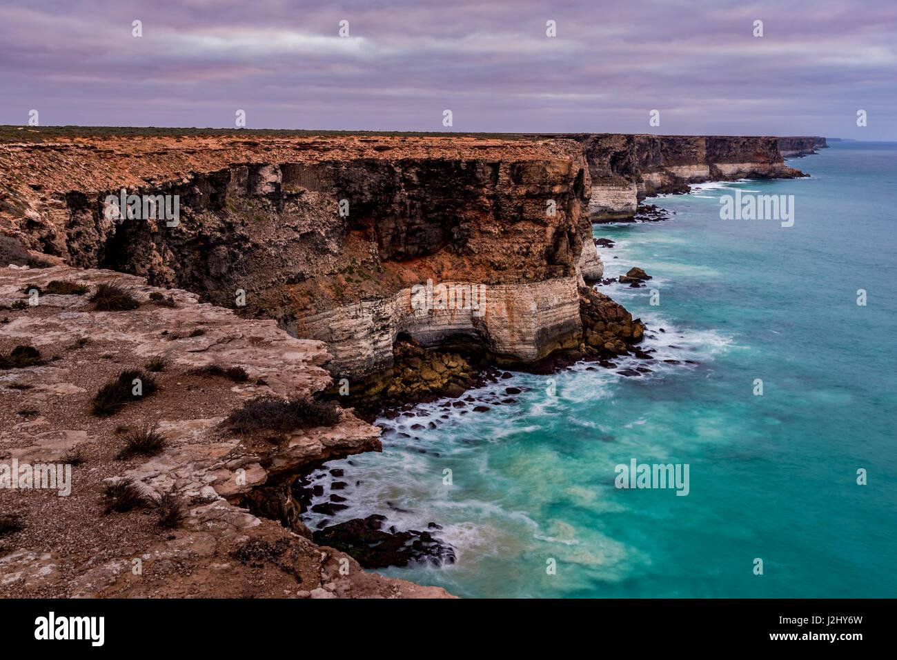 90m tall and 100km long Bunda Cliffs in Siuth Australia - Stock Image