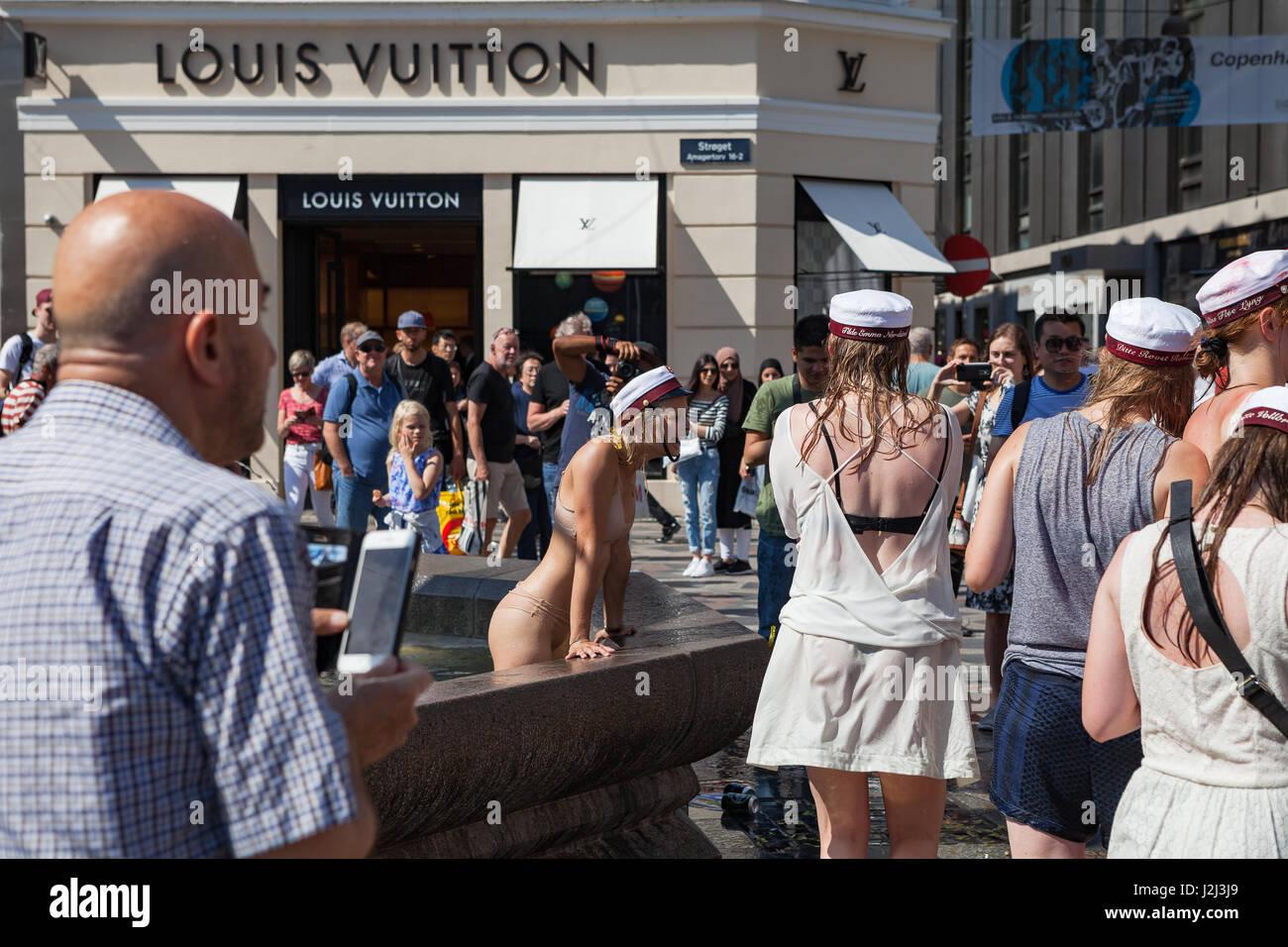 COPENHAGEN, DENMARK - 26 JUN 2016: Students celebrate their high school graduation swimming and dancing in fountain - Stock Image