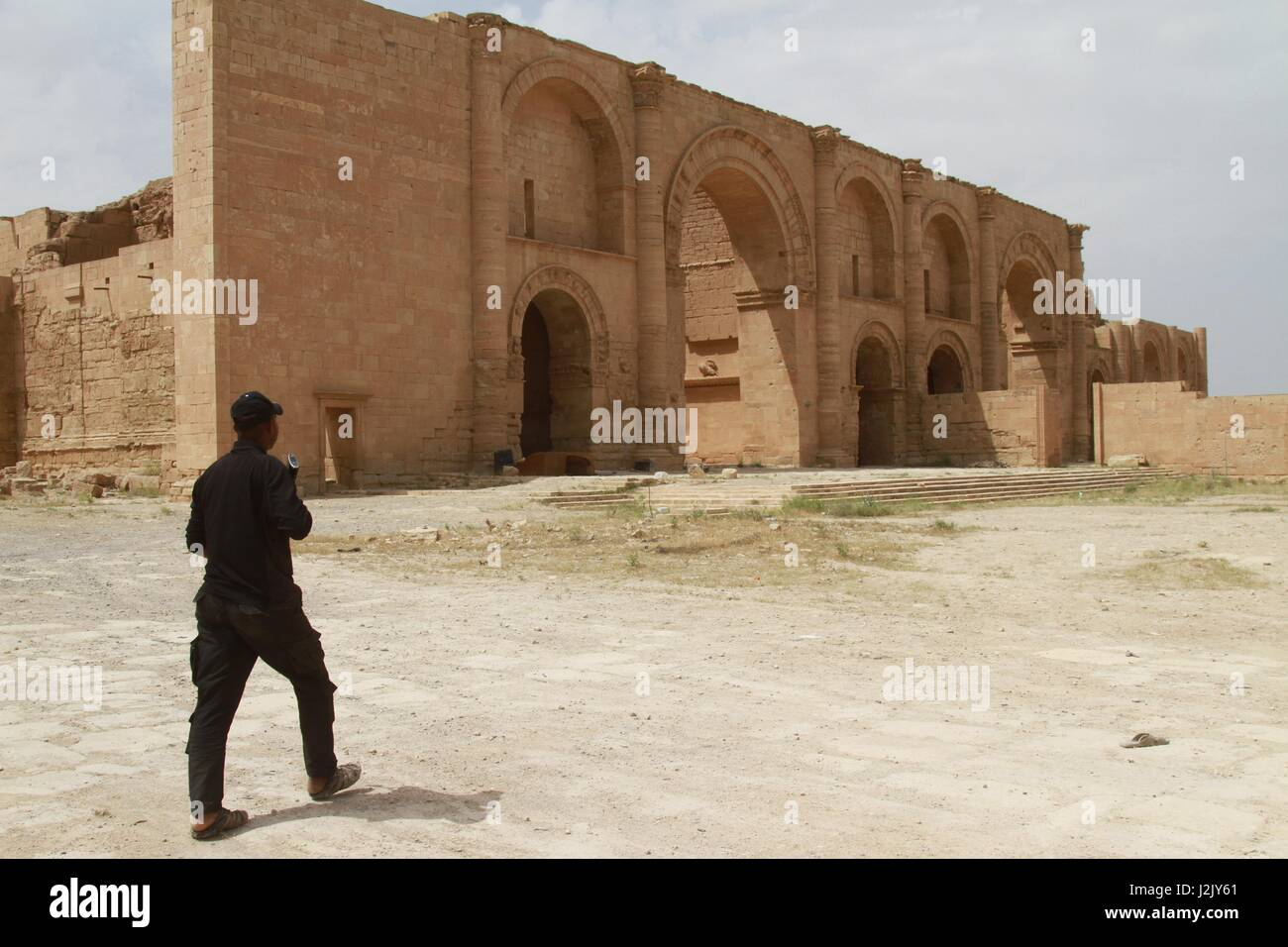 Baghdad, Iraq. 28th Apr, 2017. An Iraqi paramilitary soldier patrols at the ancient Hatra city in the south of Nineveh - Stock Image
