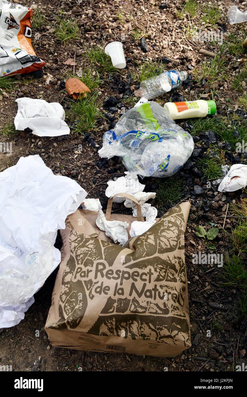 Rubbish in Parc du Château du Vivier, Ecully, France - Stock Image