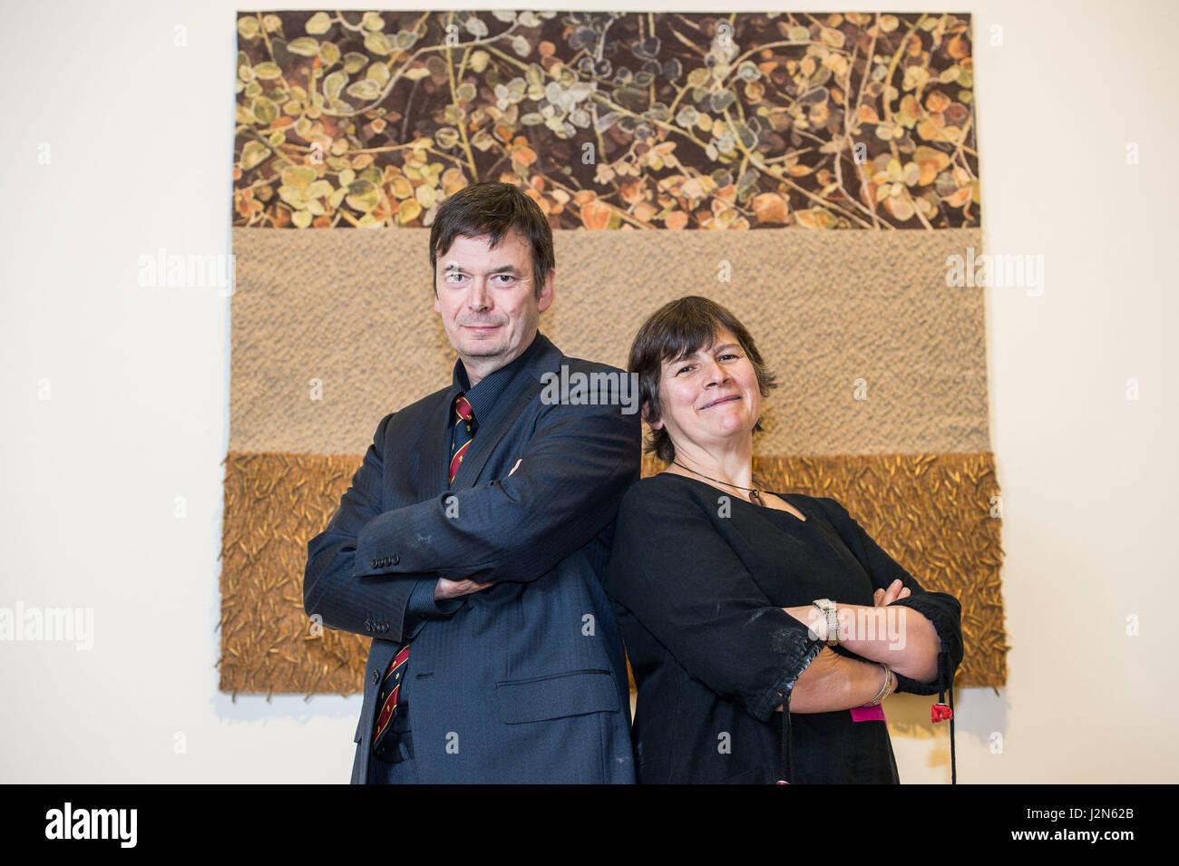 Photographer Ian Georgeson, 07921 567360 Ian Rankin and Miranda Harvey (Rankin's wife) with the winner of there - Stock Image