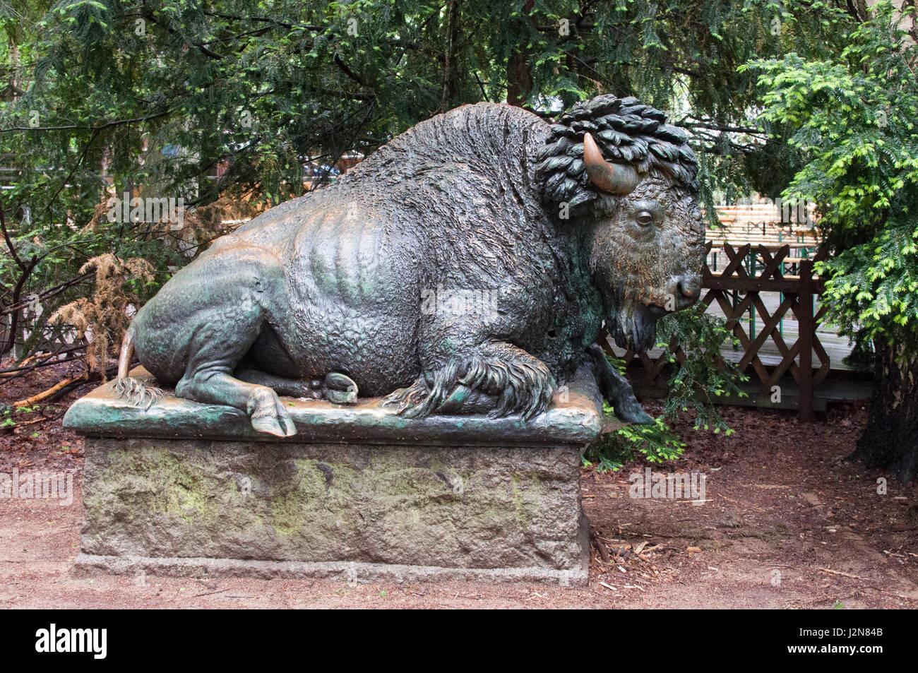 Bison-Skulptur von Rudolf Siemering im Großen Tiergarten, Berlin - Stock Image