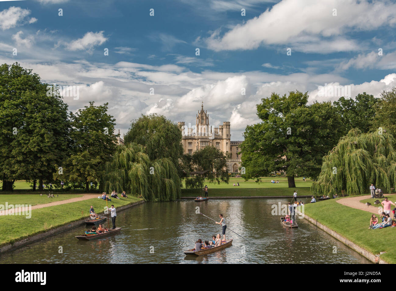 Punting on the River Cam in Cambridge with St. John's College in the background - Stock Image