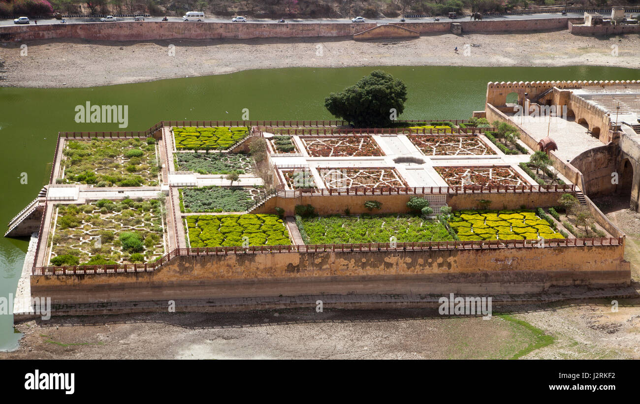 The Saffron Gardens at Maota Lake, which lies below the Amber Fort near Jaipur in Rajasthan, India. - Stock Image