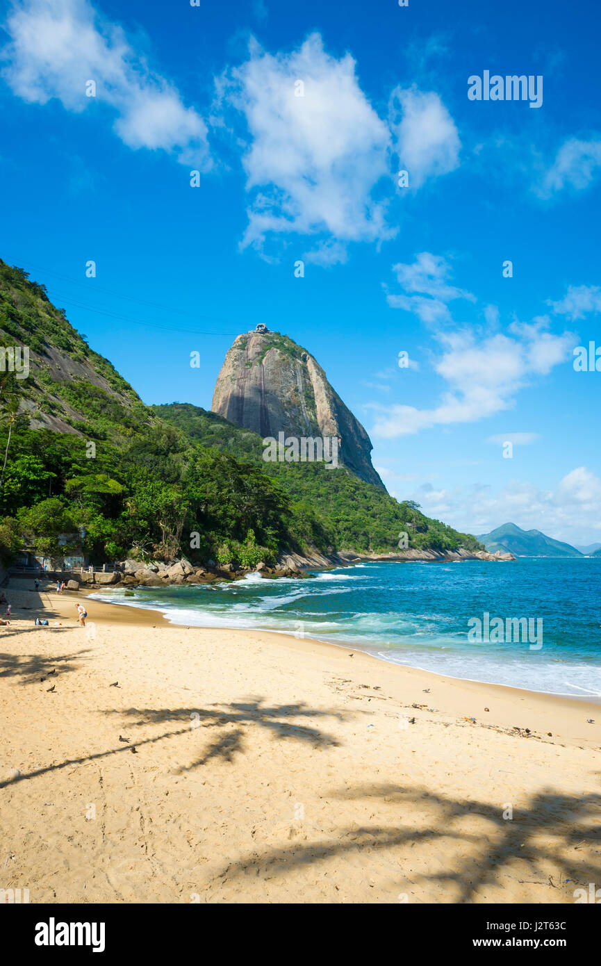 Scenic view of Praia Vermelha (Red Beach) with a view of Sugarloaf Mountain in Rio de Janeiro, Brazil - Stock Image