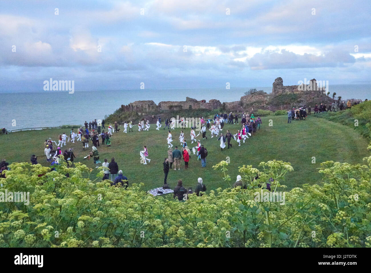Hastings, East Sussex, UK. 1st May 2017. Revellers and spectators join the Morris Dancers by Hastings Castle to - Stock Image