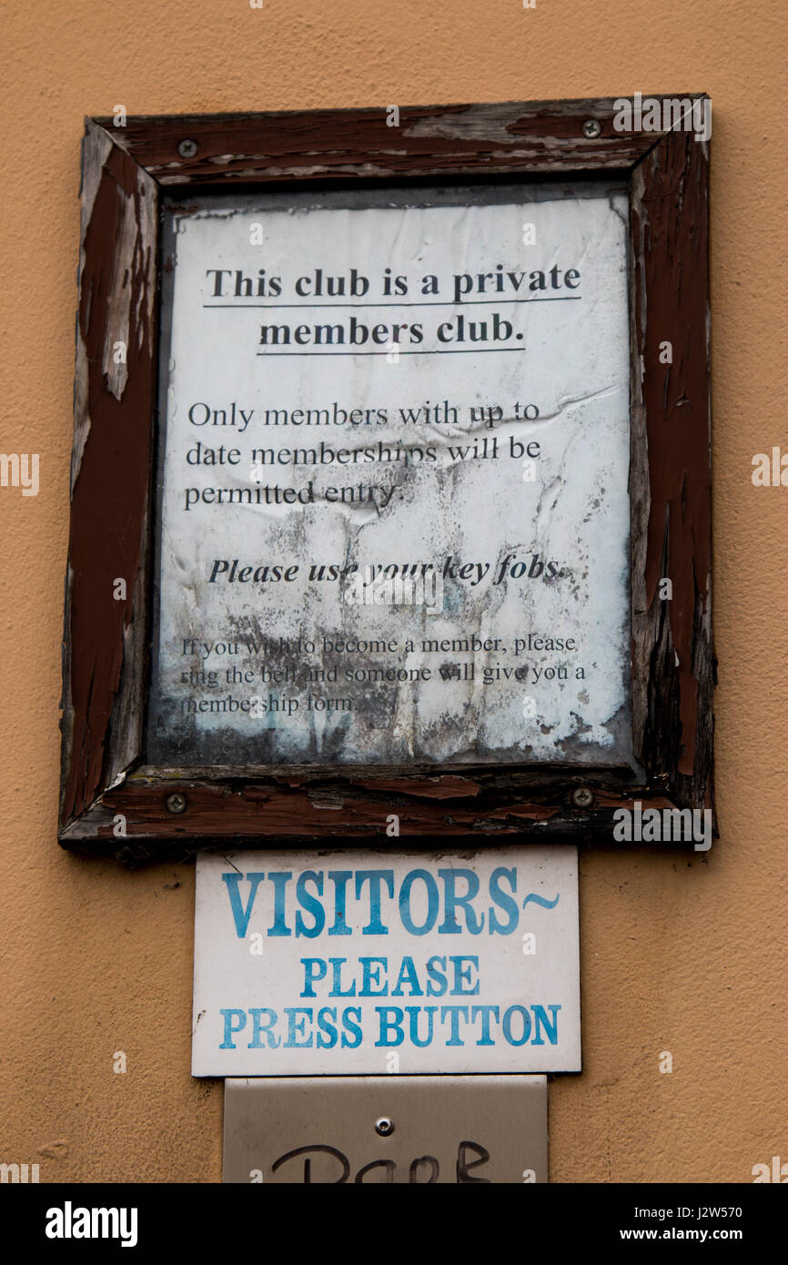 Shabby entrance instruction sign at a private members club, Chesterton, Cambridge - Stock Image
